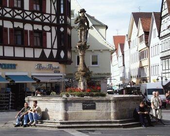 Marktbrunnen: 1570 geschaffen von Leonhard Baumhauer; 1901 erneuert von Carl Lindenberger. Auf der Brunnensäule eine Ritterskulptur Kaiser Maximilians II. (1527-1576), der 1576 die zünftisch-demokratische Verfassung der Reichsstadt Reutlingen restituiert.