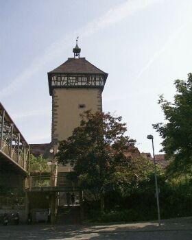 Tübinger Tor: Einzig erhalten gebliebenes Haupttor der mittelalterlichen Befestigungsanlage aus deren Erbauungszeit in der Mitte des 13. Jahrhunderts; Fachwerkaufsatz von 1330. Spätgotische Kreuzigungsgruppe im Dreipass an der Außenseite.