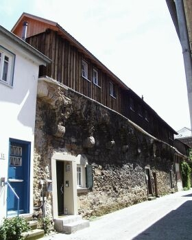 Stadtmauerhäuser: Entlang der Jos-Weiß-Straße liegen die seit dem 18. Jahrhundert in den Zwinger hineingebauten Stadtmauerhäuser.