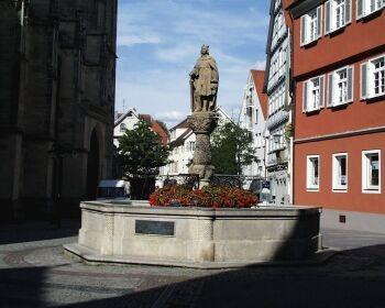 Kirchbrunnen:1561 von Hans Motz errichtet. Dargestellt ist der Stauferkaiser Friedrich II. (1194-1250) mit der - verschollenen - Stadterhebungsurkunde. Erneuertes Standbild von 1903.