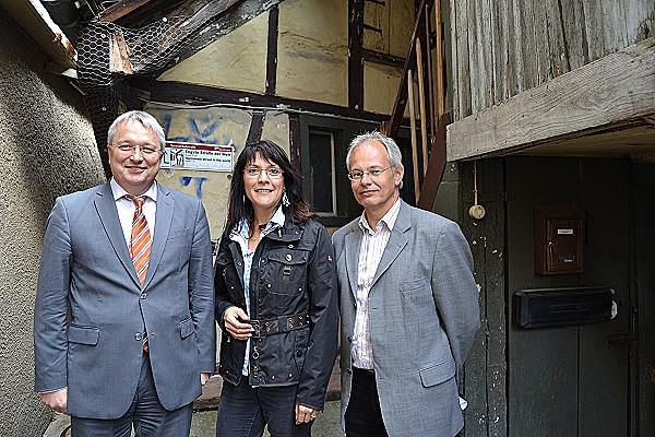 Freuen sich über den Kauf (v. l.): Robert Hahn, Tanja Ulmer und Dr. Christoph-Michael Pfefferle