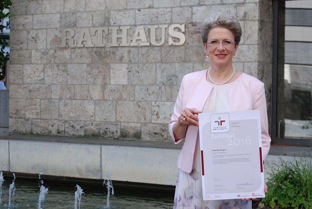 Oberbürgermeistern Barbara Bosch mit dem Zertifikat für die familienbewusste Personalpolitik der Stadtverwaltung Reutlingen