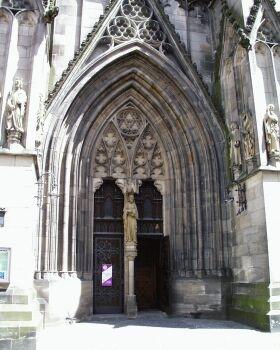 """Marienkirche: Erbaut 1247 bis 1343 als gotische Basilika; spätromanische Stilelemente im Chorbereich. Westturm (71 m) mit vergoldeter Engelsskulptur von 1343. Im Stadtbrand 1726 schwer beschädigt; die innere Ausstattung ging verloren bis auf das spätgotische Heilige Grab und den Taufstein von 1499. Eine grundlegende Restaurierung im Sinne der Neo-Gotik erfolgte zwischen 1893 und 1901 unter Heinrich Dolmetsch. 1988 wurde die Marienkirche zum """"Nationalen Kulturdenkmal"""" erklärt."""