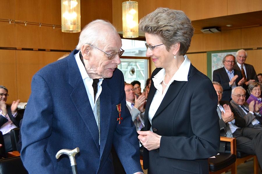 Am 27. April 2013 überreichte Oberbürgermeisterin Barbara Bosch Winand Victor das Bundesverdienstkreuz