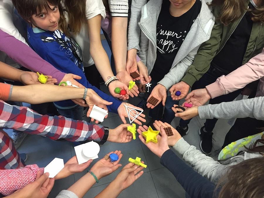 60 Schülerinnen und Schüler des Isolde-Kurz-Gymnasiums und des Albert-Einstein-Gymnasiums haben verschiedene Objekte mit einem 3D-Drucker selbst entworfen, konstruiert und hergestellt.