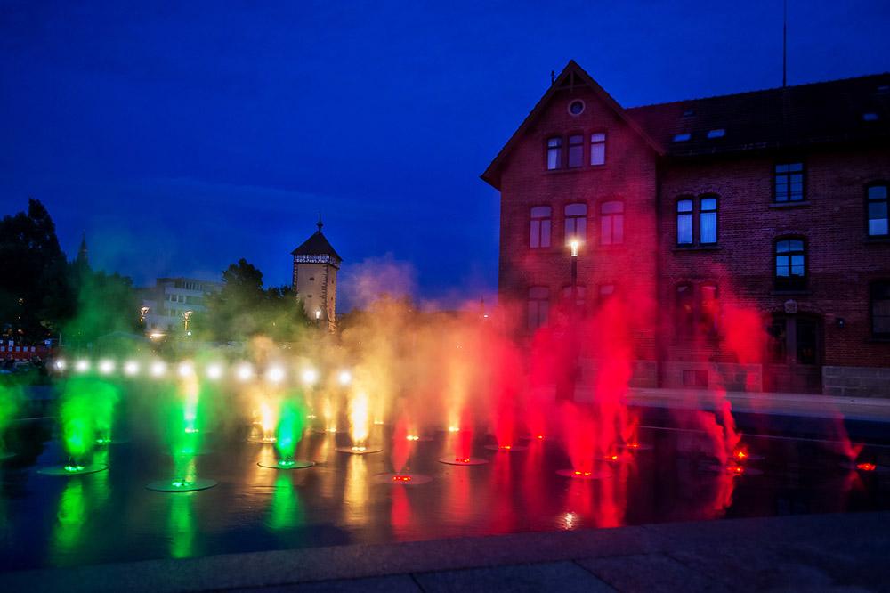 Farbenfrohes Wasserspiel bei Nacht