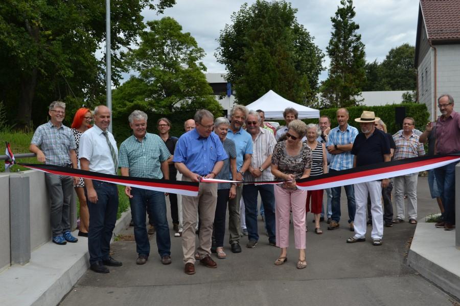 Die neu gebaute Brücke wird feierlich eingeweiht