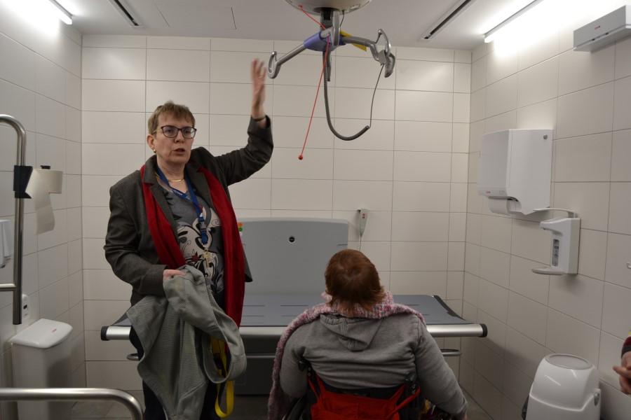 """Jutta Pagel-Steidl demonstriert die Funktionsweise der """"Toilette für alle"""""""