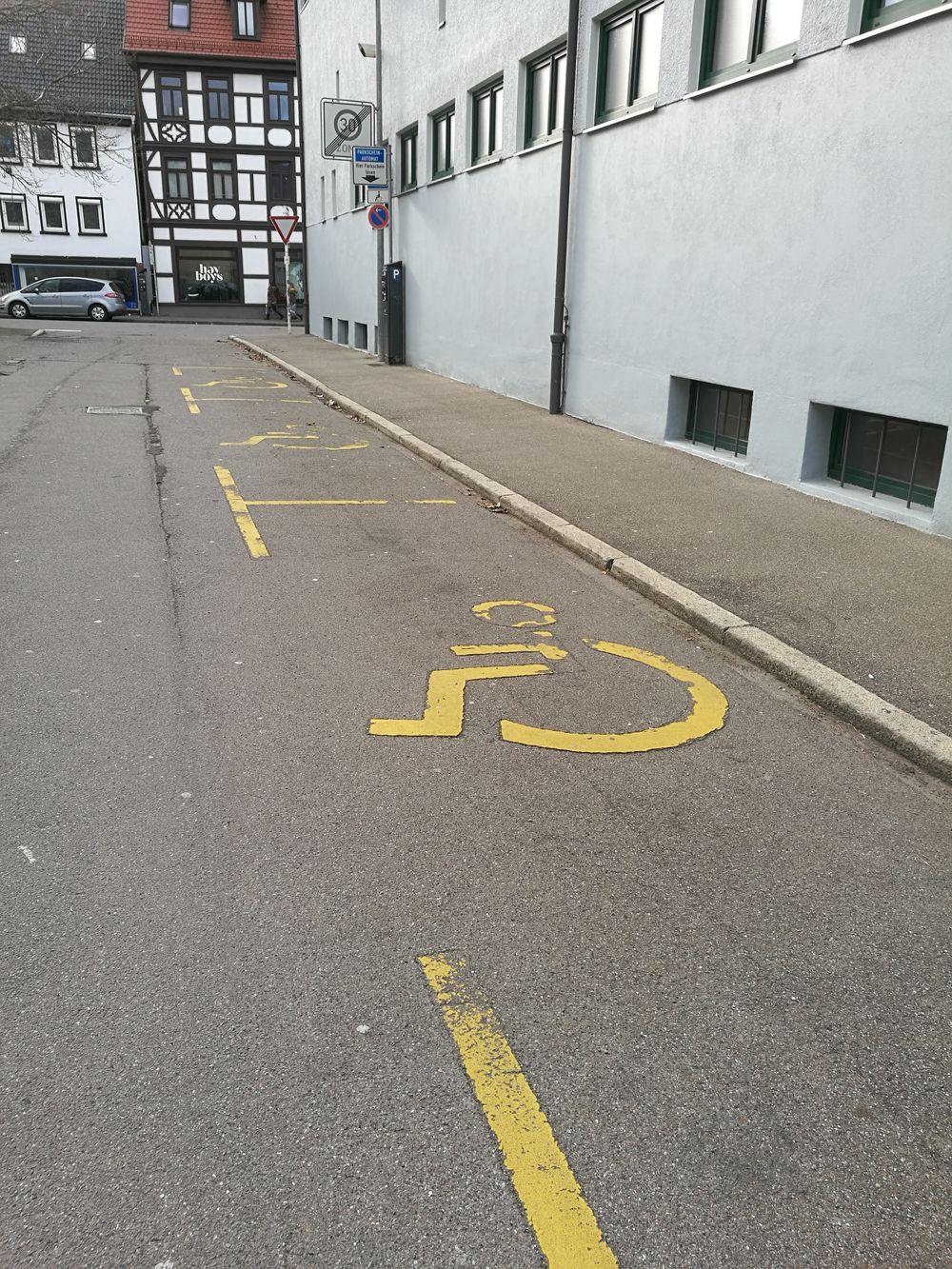 3 Behindertenparkplätze in der Äußeren Kelterstraße