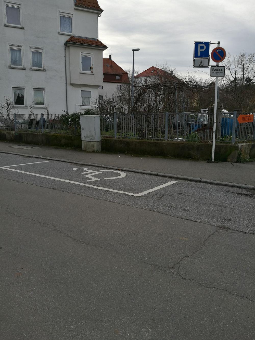 1 Behindertenparkplatz in der Bösmannäckerstraße 2