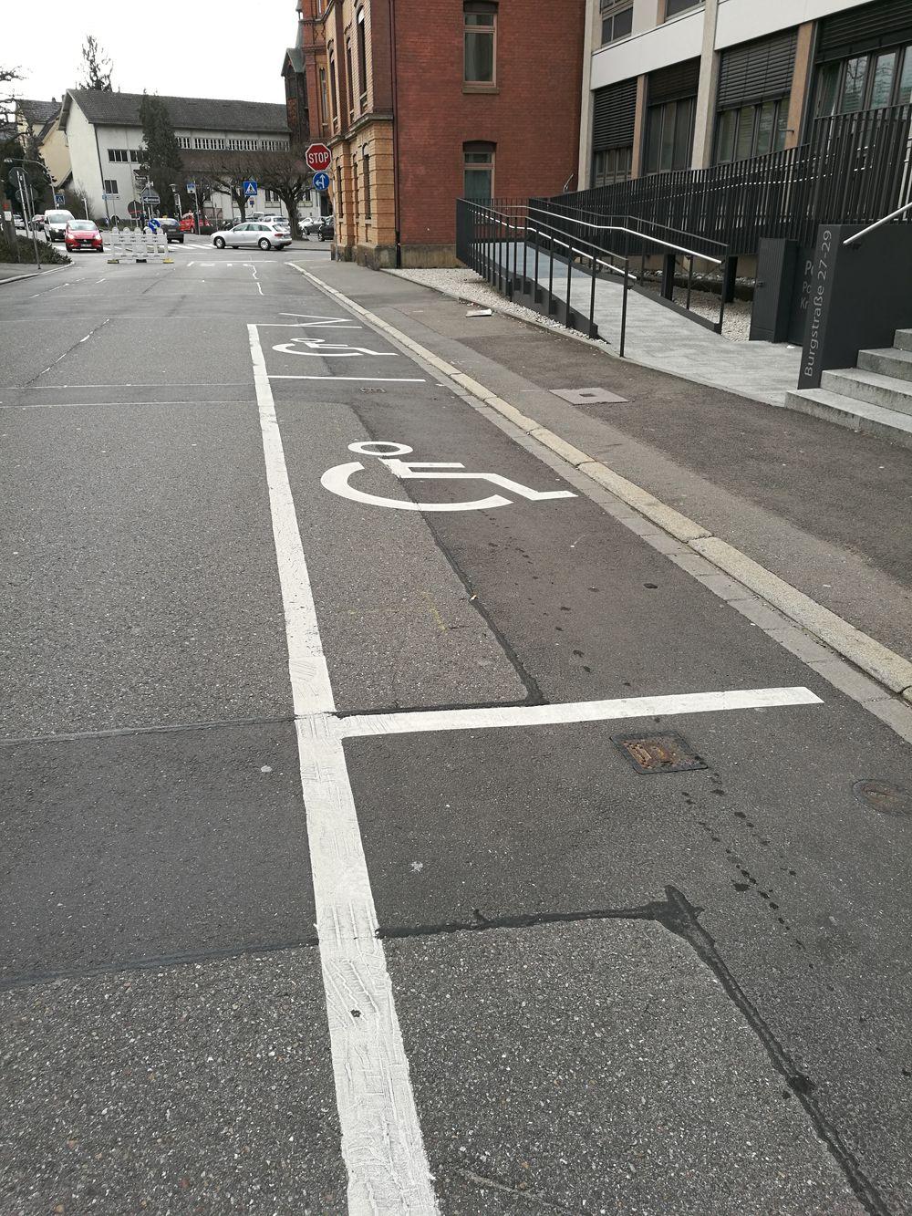 2 Behindertenparkplätze in der Burgstraße 27/Polizei