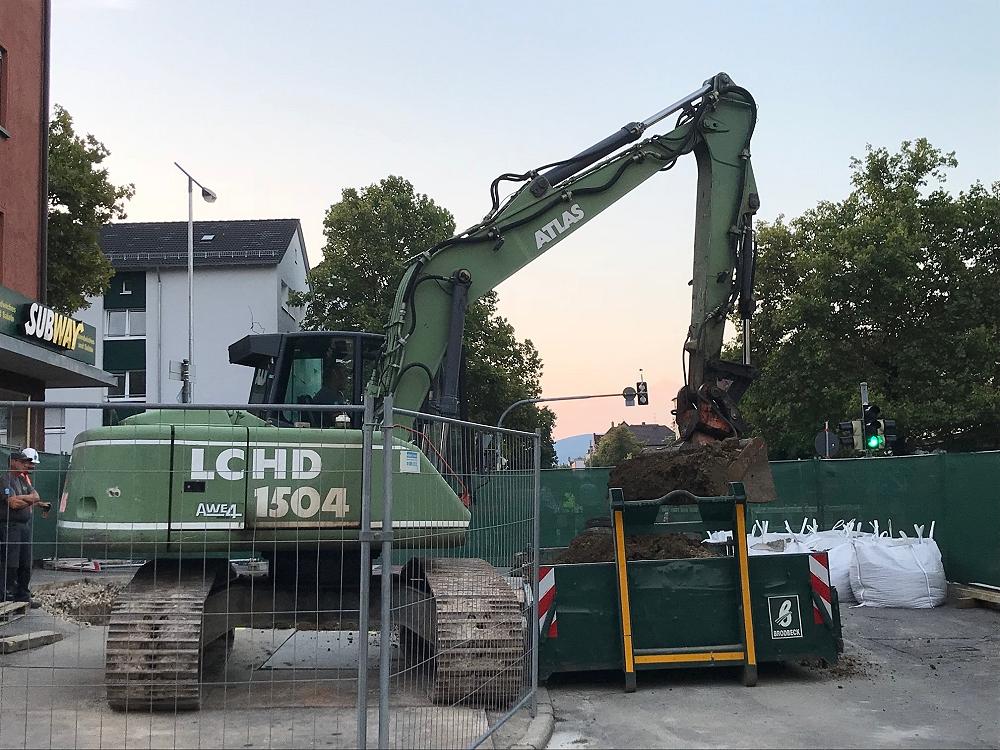 Spezialisten der Firma Geomer haben begonnen den metallenen Gegenstand in der Karlstraße/Ecke Bismarckstraße, der in rund vier Metern Tiefe liegt, freizulegen