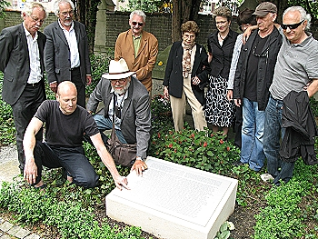 Angehöriger ehemaliger KZ-Opfer am Mahnmal auf dem Friedhof unter den Linden