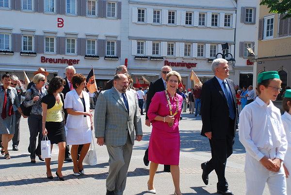 Oberbürgermeisterin Barbara Bosch und ihr Ehemann gefolgt von Gemeinderäten
