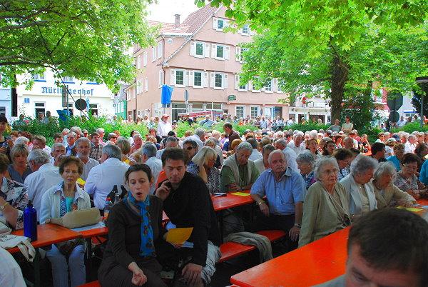 Hunderte von Zuschauer genossen das Bühnenprogramm