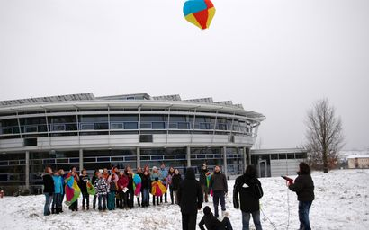 Heißluftballons überm BZN - Sechstklässler bauen Flugobjekte im Rahmen der Naturphänomene