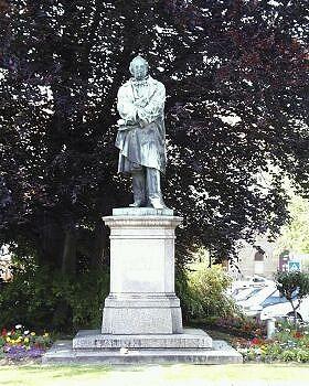 Friedrich-List-Denkmal:Friedrich List, geb. 1789 in Reutlingen, gest. 1846 in Kufstein; Nationalökonom, Eisenbahnpionier, Publizist, Vorkämpfer für die deutsche Zolleinheit. Das Denkmal von Gustav Kietz wurde 1863 enthüllt.