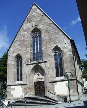 Nikolaikirche: 1358 als Kapelle geweiht. Skulptur des Kirchenpatrons von 1914 an der Choraußenwand.