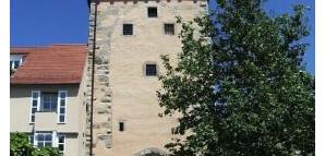 """Gartentor:  Als """"Neues Tor"""" 1392 erstmals genannt. Bis 1700 verschlossen gehaltenes Nebentor. Ausgang zur Gartenstraße seit deren Anlegung 1822. Erneuerter Gartentorbrunnen von 1931."""
