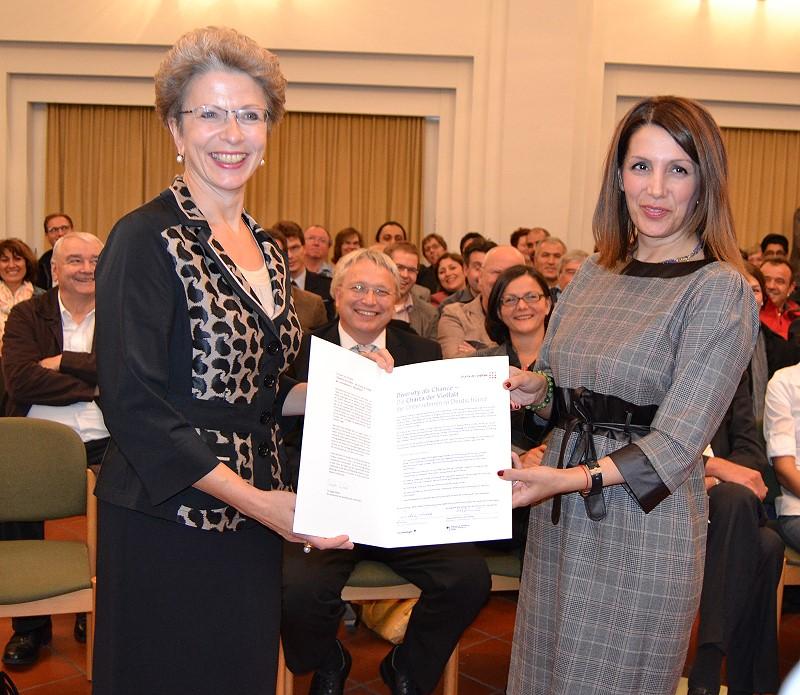 Übergabe der Charta der Vielfalt (links Oberbürgermeisterin Barbara Bosch, rechts Ministerin Bilkay Öney)