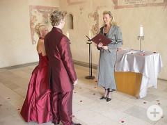 Brautpaar mit Standesbeamtin