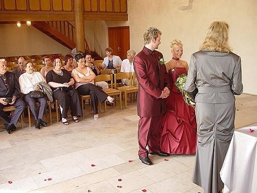 Brautpaar mit Gästen im Hintergrund