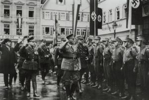 Mit der Amtseinsetzung des NS-Oberbürgermeisters Richard Dederer (vorne links, in der Mitte Reichsstatthalter Murr, rechts dahinter SA-Standortführer Karl Schumacher) im Oktober 1933 hatte die Machtübernahme auf lokaler Ebene ihren Abschluss gefunden (Fot
