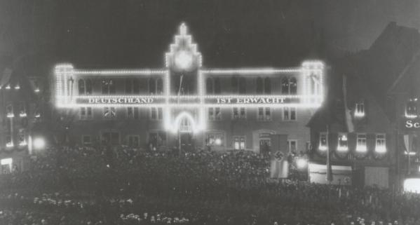 """Das iIluminierte Reutlinger Rathaus am Abend der Maifeiern 1933. Innerhalb weniger Monate hatten die Nationalsozialisten die Diktatur errichtet und Deutschland war """"erwacht"""" (Foto: Heimatmuseum Reutlingen"""