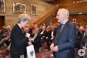Festakt am 22.4.2016 - Professor Wehling erhält von Oberbürgermeisterin Barbara Bosch eine Flasche Reutlinger Sekt und eine Tafel fair produzierte und gehandelte Tafel Schokolade.