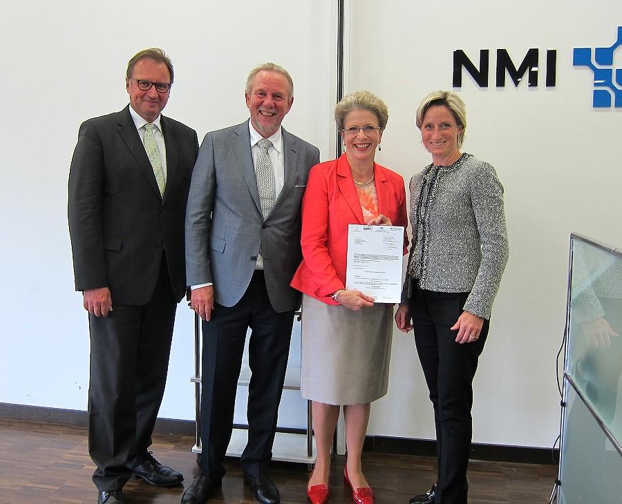 Landrat Walter, Oberbürgermeisterin Barbara Bosch, Prof. Hämmerle und Ministerin Hoffmeister-Kraut bei der Übergabe der Beischeide