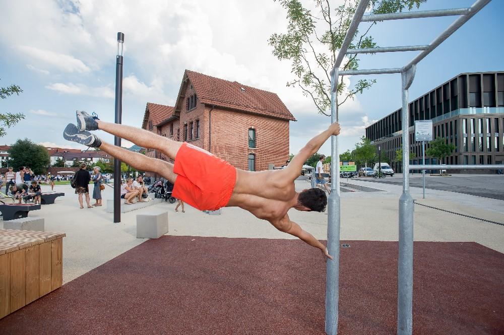 Akrobatische Leistungen im Calisthenicspark