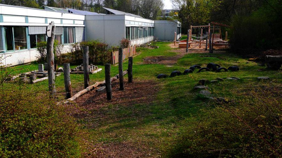 Südseite mit dem Spielplatz der Grundstufe