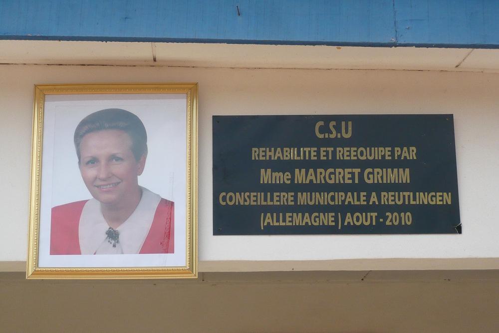Widmungstafel für Frau Grimm an der Entbindungsstation Diezoukouamekro