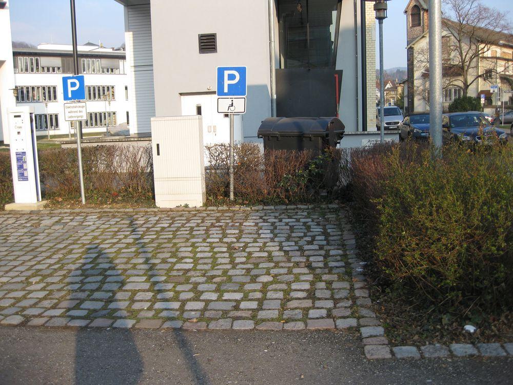 2 Behindertenparkplätze beim Finanzamt