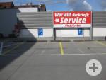 2 Behindertenparkplätze auf dem Parkdeck Media Markt