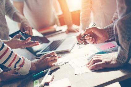 Bild: Teamarbeit am Schreibtisch