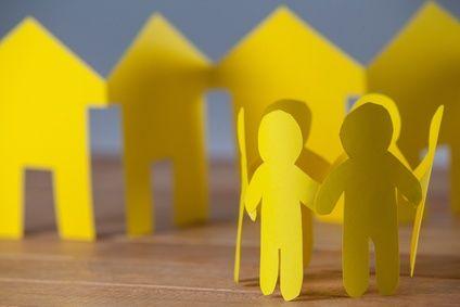 Bild: Kreis von Papierfiguren vor Häusern