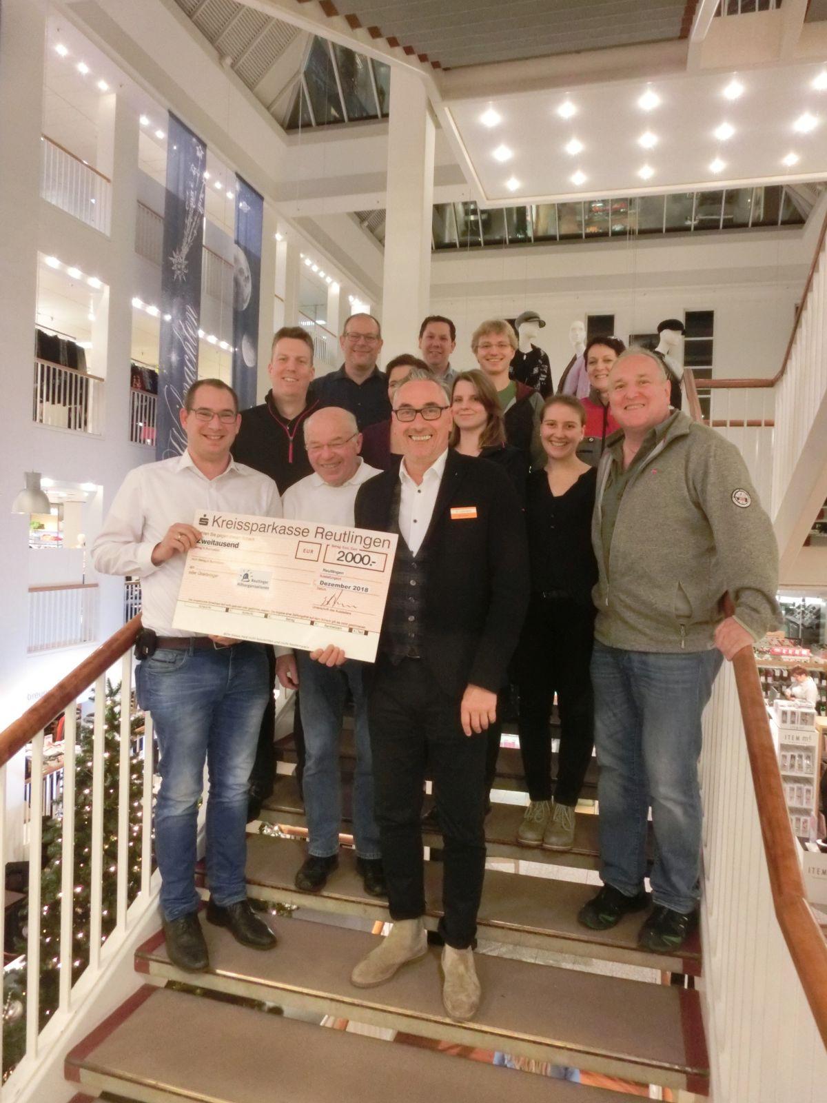 Das Bild zeigt die Vertreter der Reutlinger Hilfsorganisationen zusammen mit Edgar Lehmann, dem 2. Vorsitzenden von RT-Aktiv bei der Scheckübergabe.