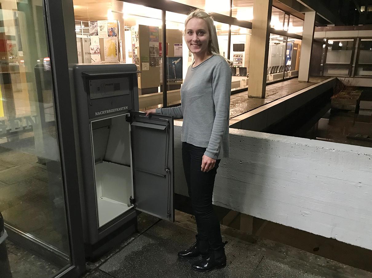 Letzte Chance für Bewerber: Corinna Stahl vom Hauptamt Punkt 18 Uhr vor dem leeren Briefkasten