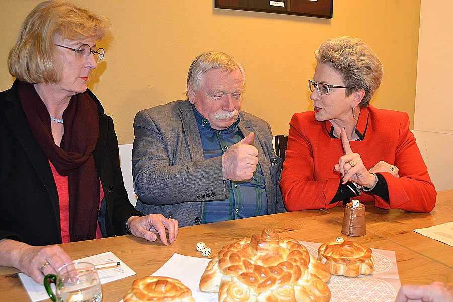Erst das Würfeln, dann das (Mutschel)-Vergnügen: Erste Bürgermeisterin Ulrike Hotz, FDP-Stadtrat Hagen Kluck und Oberbürgermeisterin Barbara Bosch