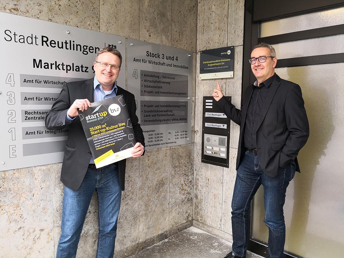 """Der Leiter des Amtes für Wirtschaft und Immobilien, Peter Wilke (rechts), und der Leiter der Abteilung Wirtschaft, Markus Flammer (links), freuen sich über die Auszeichnung """"Gründungsfreundliche Kommune"""" und hoffen auf zahlreiche Unterstützer beim Finale"""