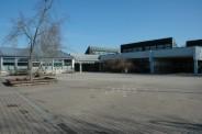 Schulgebäude mit Schulhof