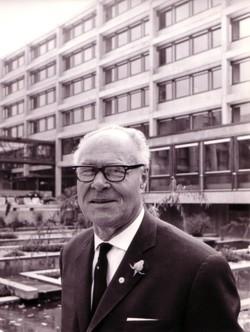 Oskar Kalbfell vor seinem neuen Rathaus - 1966
