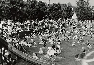 Badebetrieb im Arbachbad während des Sommers 1952. Im Bildhintergrund ist die 1929 errichtete Reutlinger Jugendherberge zu erkennen. (StadtA Rt., S 100 Nr. 23/21)