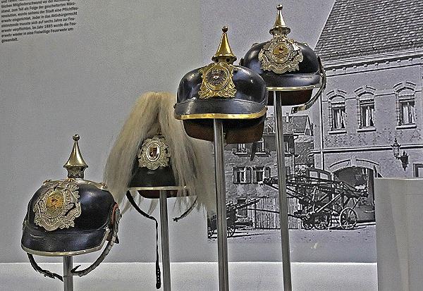 Offiziershelme aus dem 19. Jahrhundert