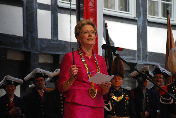 Barbara Bosch hält das Schwörtagszeremoniell ab, in der Hand den Schwörstab