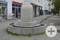 Walter-Gropius-Platz mit Trinkbrunnen