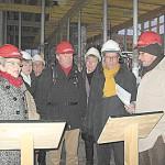 Projektleiter Klaus Kessler (rechts) erläutert Details des kleinen Saals in der Stadthalle