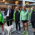 Bürgermeister Robert Hahn verabschiedet die Läufergruppe vor dem Rathaus