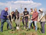"Baumpflanzaktion im Rahmen des Projekts ""Apfelbaumpaten"""